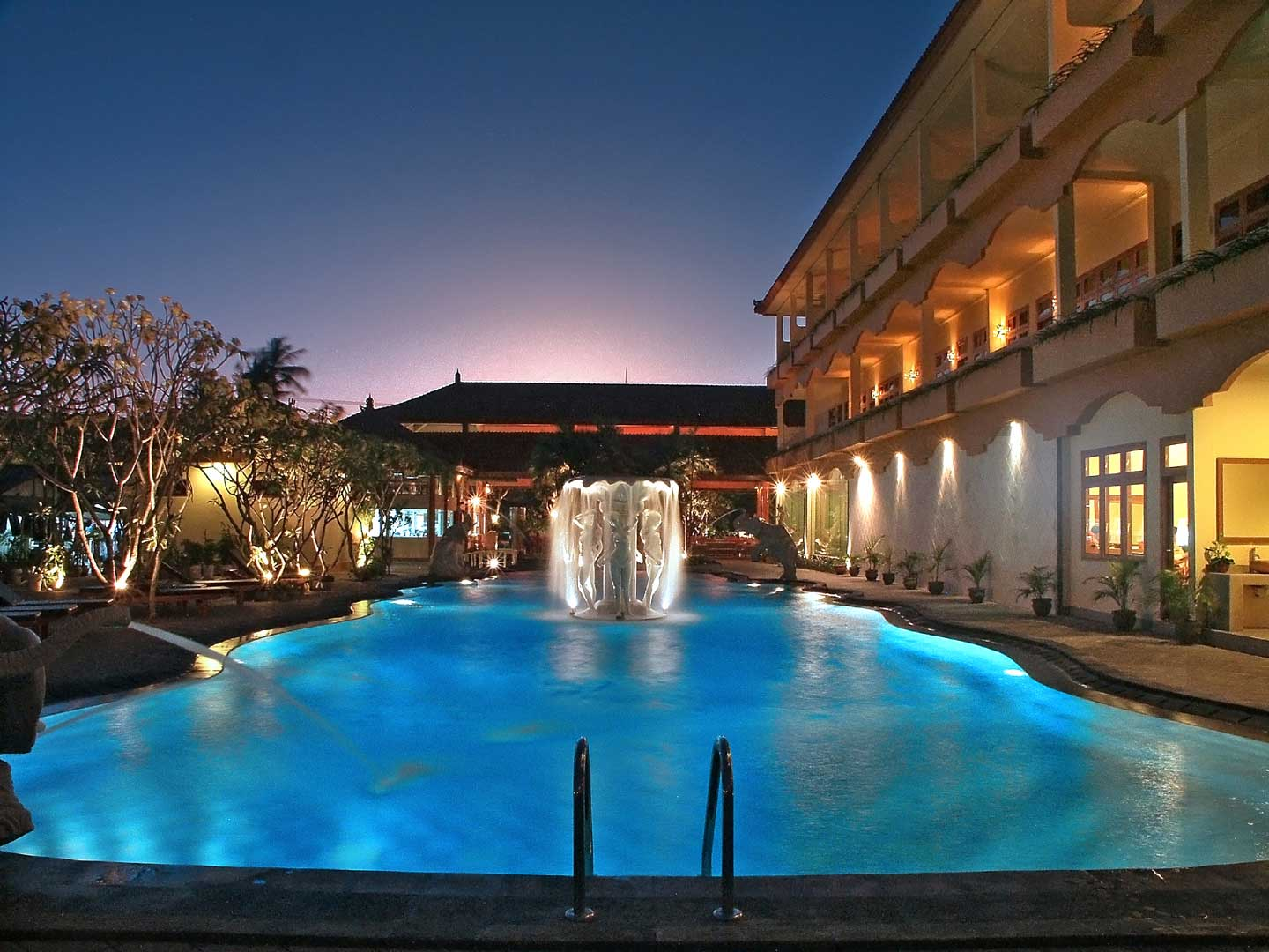 Swimming pool exterior febri 39 s hotel spa bali for Cheap hotels in bali indonesia
